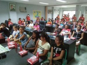 Kinausap ni Mayor Jay Khonghun Ang mga Kabataan na Nabuntis Sa Bawat Barangay ( kinse anyos pinaka batang edad ) (7)